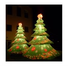 aufblasbare riesige Weihnachtsbäume mit Beleuchtung
