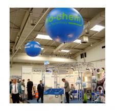 Werbeballon fliegend - bio-chem Messestand