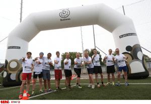 Läufer vor aufblasbarem Eventbogen mit Drei Logo
